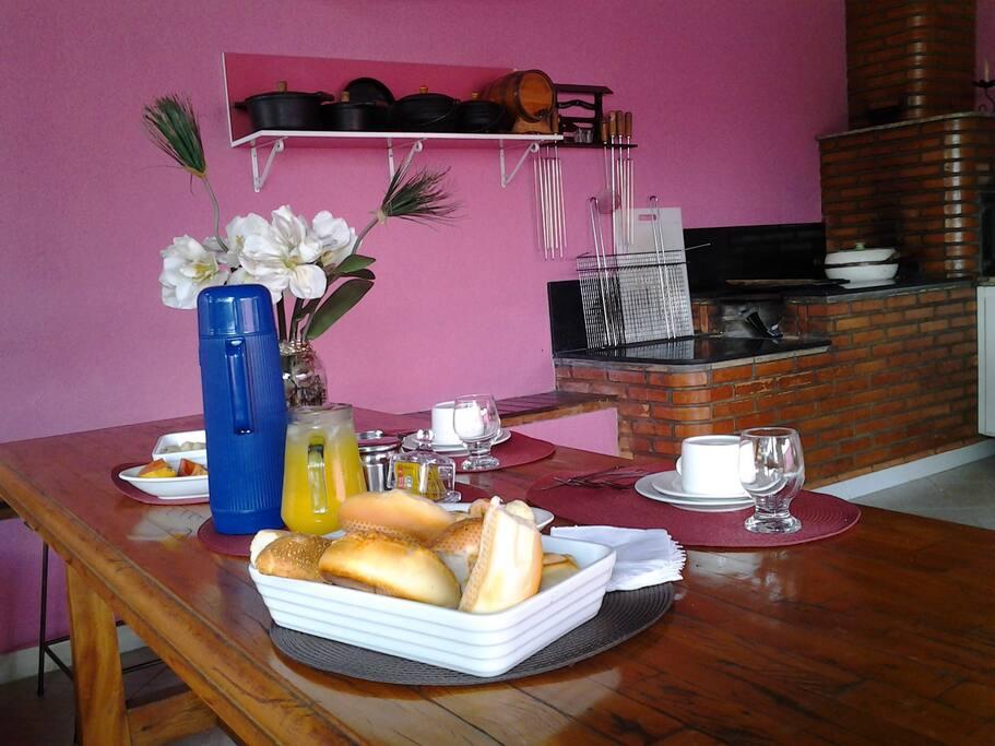 Área externa para café da manhã e estar
