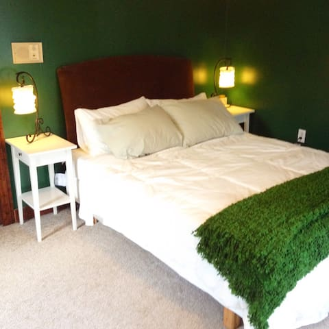 Big Ivy Green bedroom - Fairview