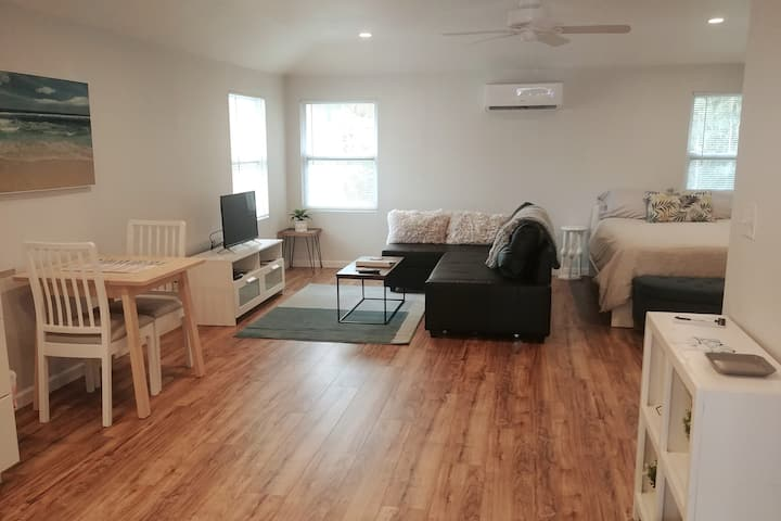Large studio guest house one block to ocean
