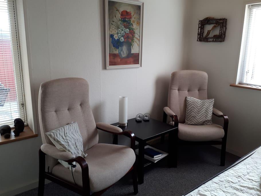Dobbeltværelset med 2 lænestole og skab