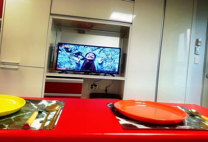 맛있는 요리와 함께 즐겁게 TV시청하셔요.