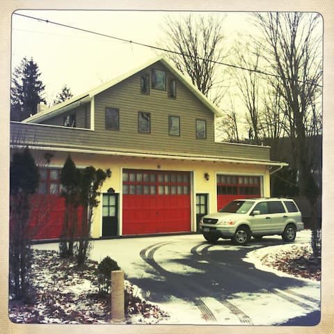 Quaint Catskills Firehouse - Jeffersonville - Hus