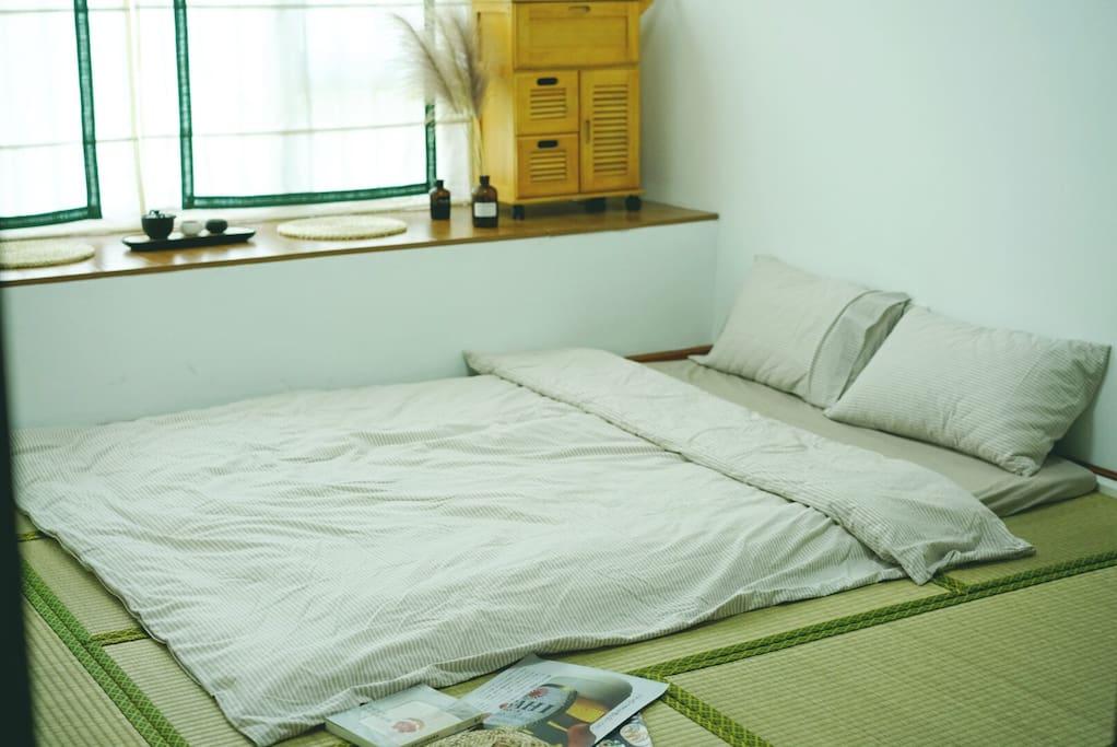 床垫展开就是1.5米的床,软硬适度,很舒服的哦!
