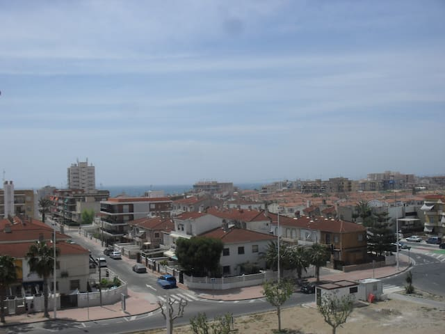 Vista del vecindario con el mar de fondo.
