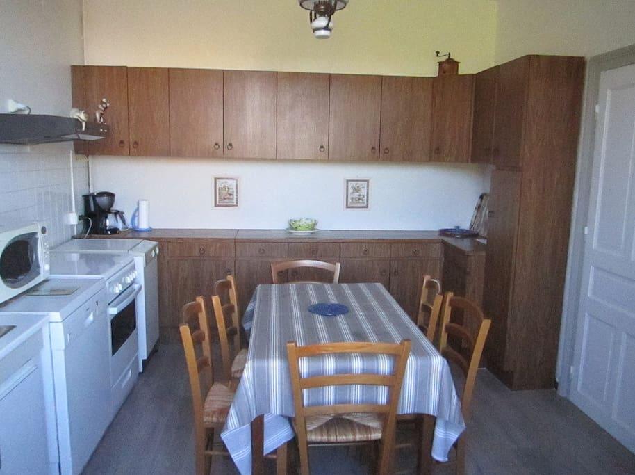La cuisine équipée dispose d'une table pouvant accueillir 6 personnes donnant sur le jardin.