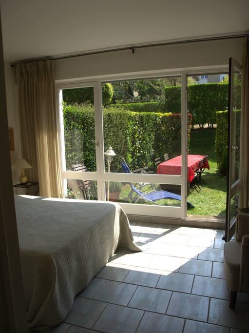 Chambre avec lit double donnant sur jardin