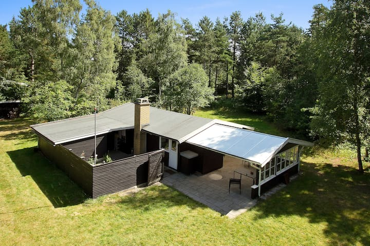 Charming holiday cottage near forest and beach - Højby - Cabin