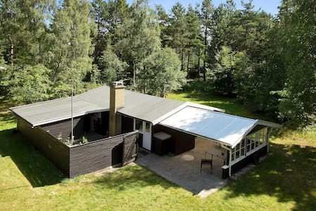 Charming holiday cottage near forest and beach - Højby
