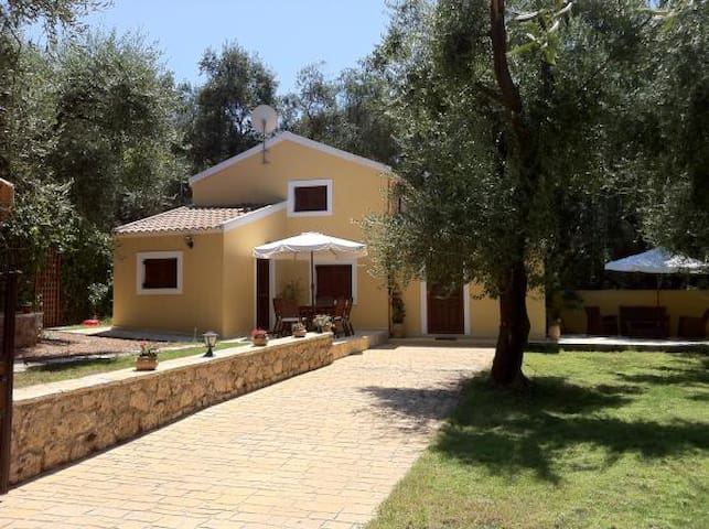 Relax surrounded by olive groves - Skala - Paramonas - บ้าน