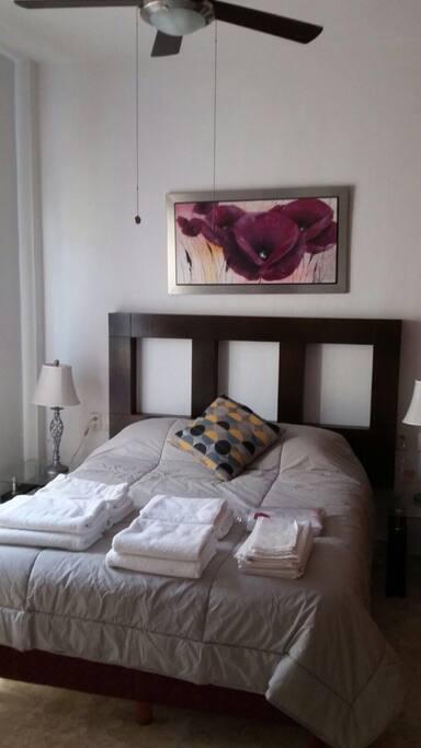 Cuarto con 1 Cama matrimonial y closet totalmente equipado con sábanas y toallas