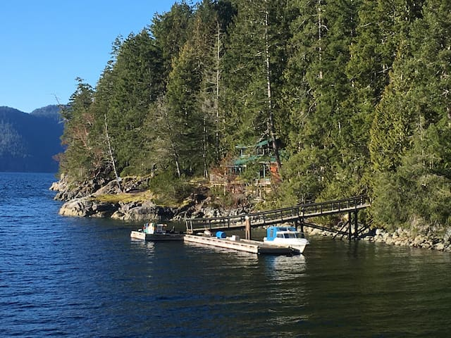 Oceanfront Cottage on Quartz Bay - Cortes Island - Rumah