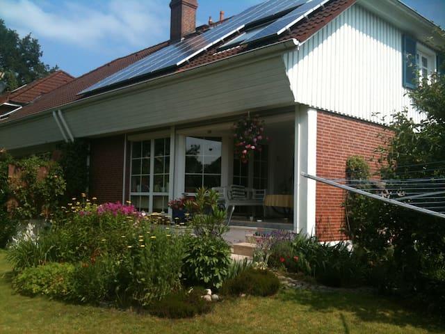 Gemütliches Zimmer im modernen Haus - Halstenbek - House