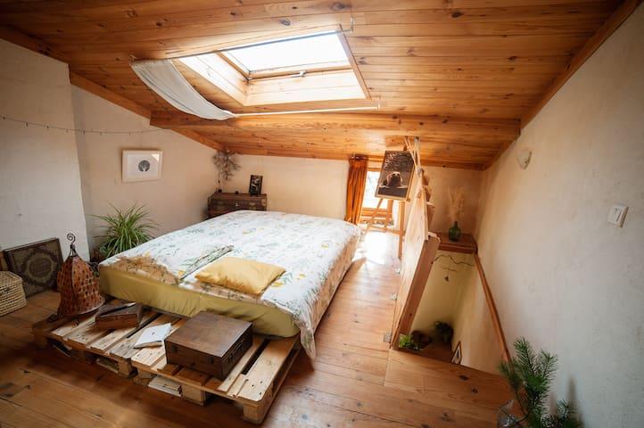 Maison chaleureuse et atypique (chambre privée) - Brenac - Huis