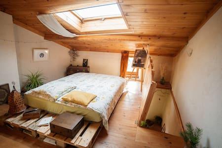 Maison chaleureuse et atypique (chambre privée) - Brenac