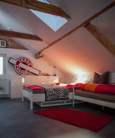 Hübsches helles Dachgeschosszimmer