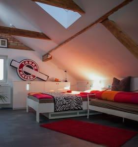 Hübsches helles Dachgeschosszimmer - Wals bei Salzburg