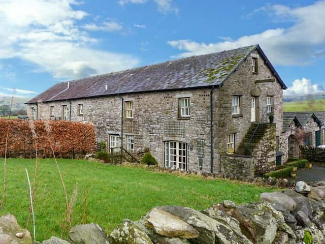5 THE GRANARY, family friendly, with a garden in Kendal, Ref 904994
