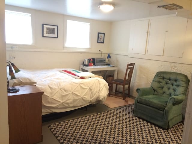 Cozy basement room with shared bath - Seattle - Other