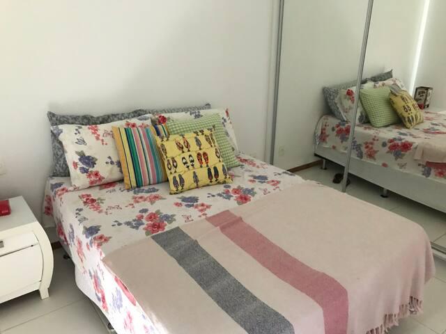 Suíte , com cama de casal, armario com espelho, ar condicionado.