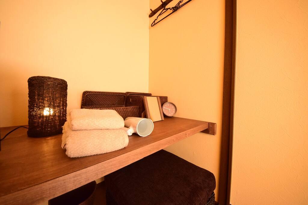 各部屋にフェイスタオル、バスタオル、ドライヤー、鏡を用意してます。