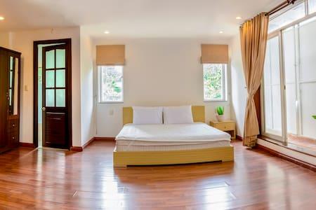 39-1 Sunny Room w/ Balcony in Villa in District 2