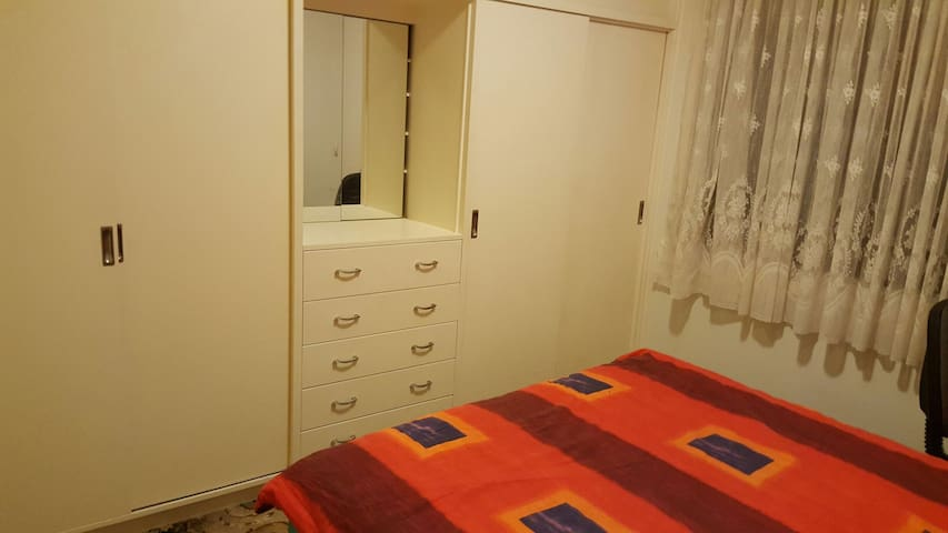 Lovely large room for  $30pernight - Kingsbury - Hus