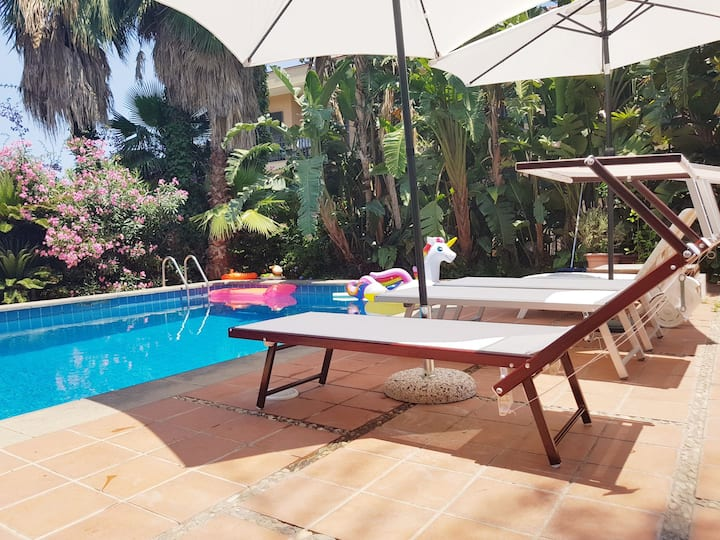 Villa immersed in the garden with private pool