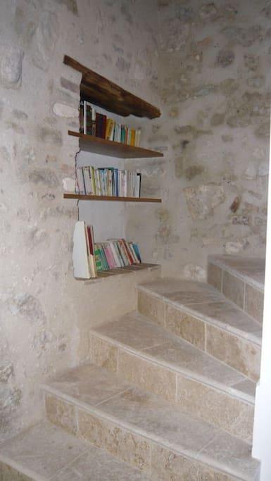Accès aux chambres par escalier de pierres
