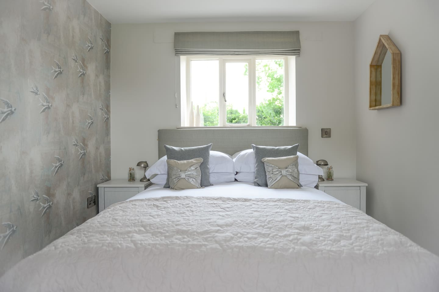 Garden Cottahe - King-size bed fitted with Egyptian Cotton sheets