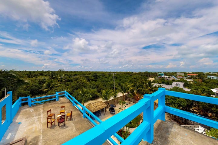 Tropical retreat near the beach w/ WiFi, partial AC & shared pool/grill/kayak!