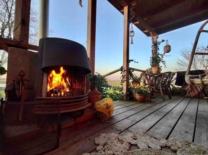 Uniek romantisch huisje met veranda en houtkachel