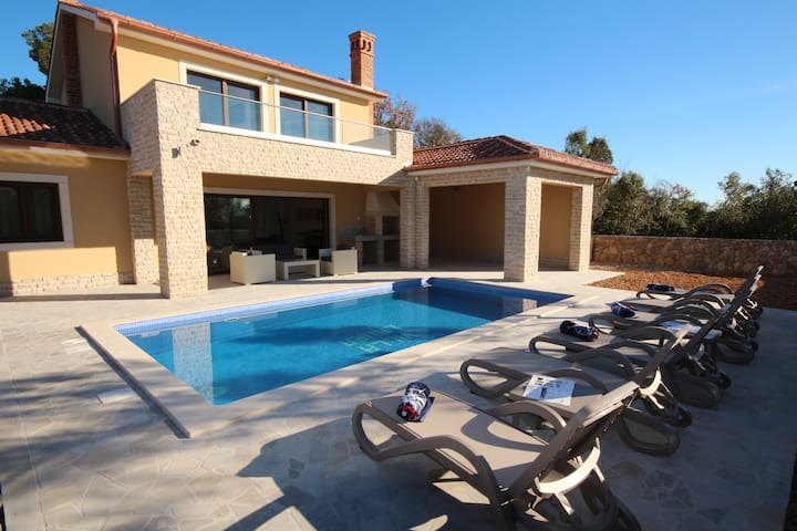 Villa Laura just 500 meters from the sea - Pinezići