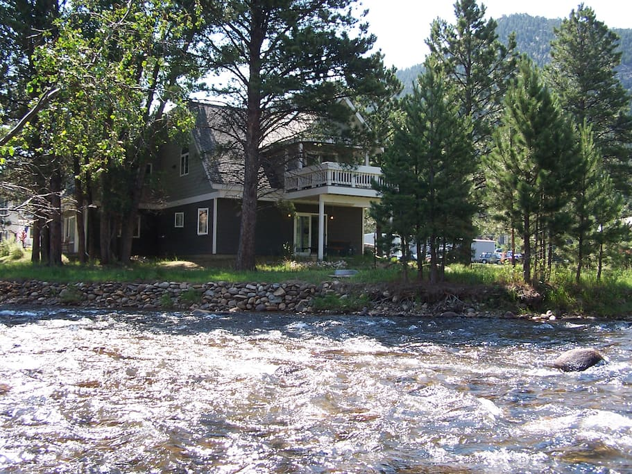 Riverfront luxury vacation home in downtown Estes