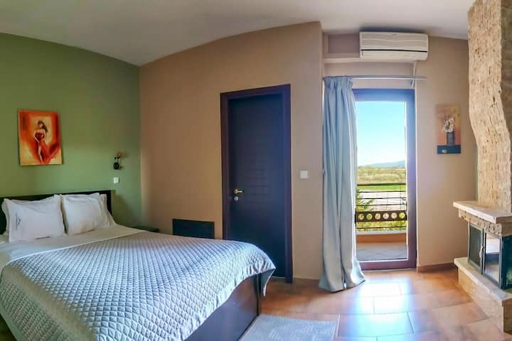 Δωμάτιο με τζάκι και μπαλκόνι με θέα
