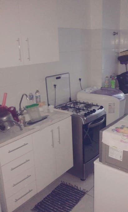 Cozinha com geladeira, fogao, maquina de lavar e etc.