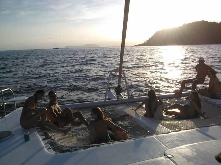 Veleje e fique isolado e seguro num barco francês.