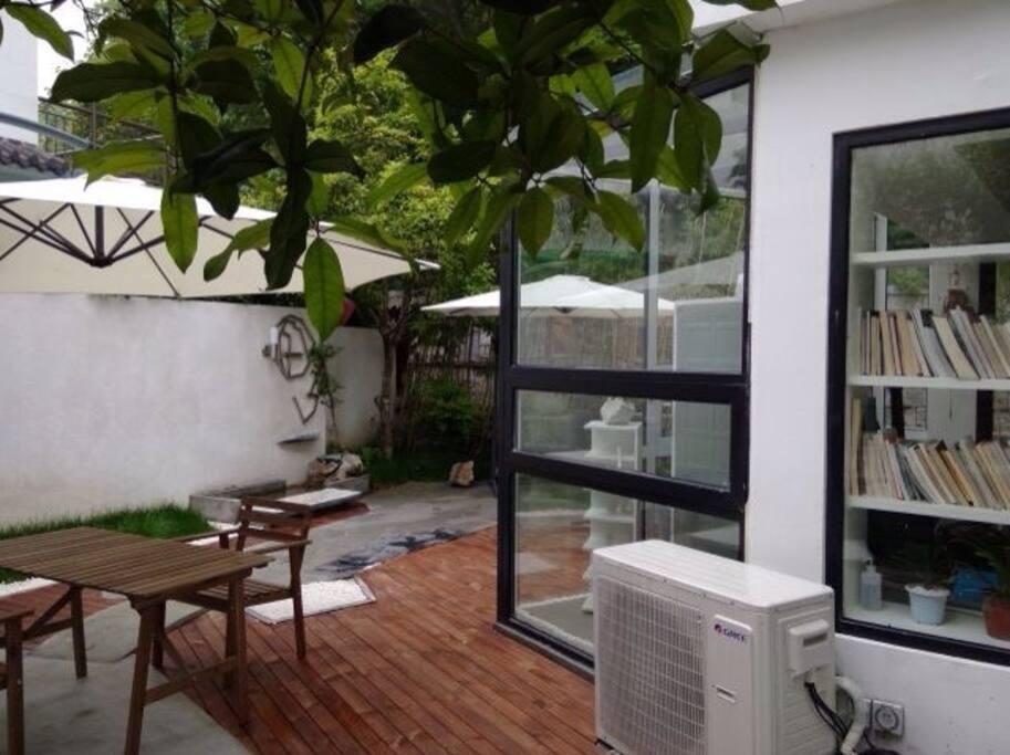 充满生机和简洁的庭院