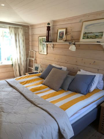 2 st 90 sängar( dubbelsäng) som står bäddade när ni kommer