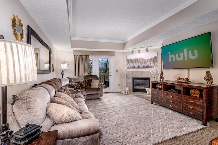"""""""1503 Golf View"""" Newly remodeled Penthouse Condo"""