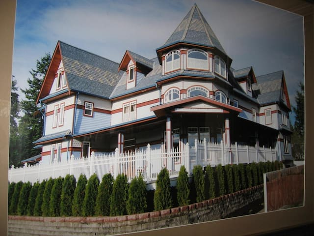 Beautiful Victorian Bed & Breakfast - Lake Stevens