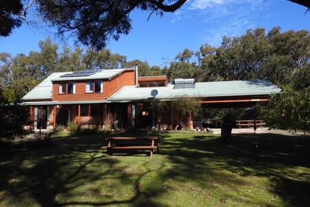 Wisteria - Private Bushland Retreat