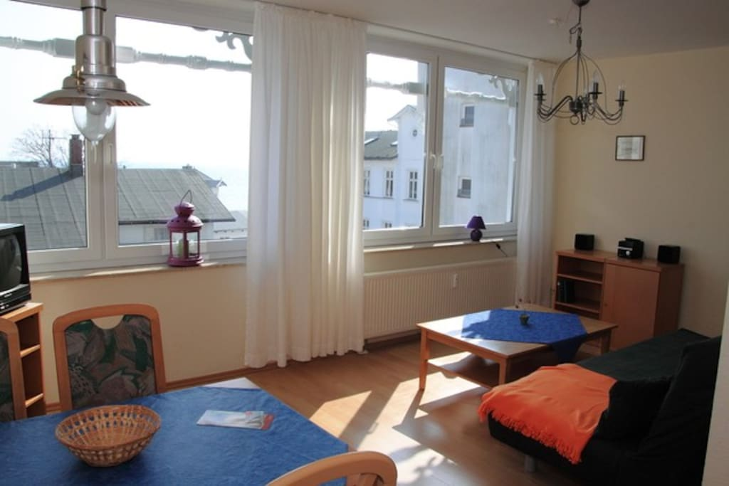 Ein großes und gemütliches Wohnzimmer mit komfortablem Doppelschlafsofa.