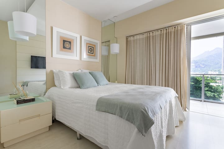 Spacious bedroom and living room in Barra