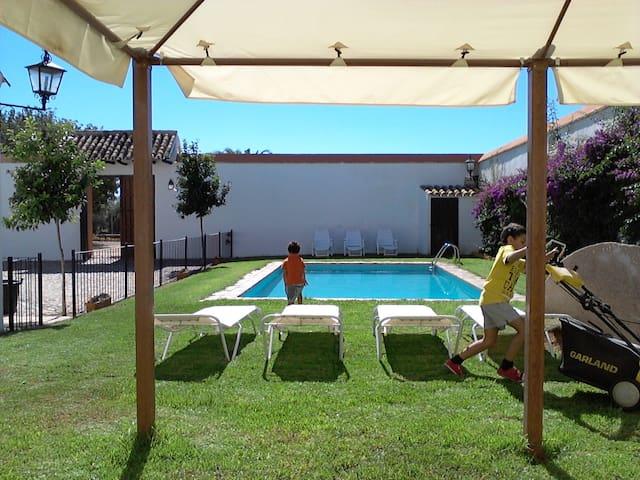 Casa con piscina, barbacoa y wifi - ECIJA