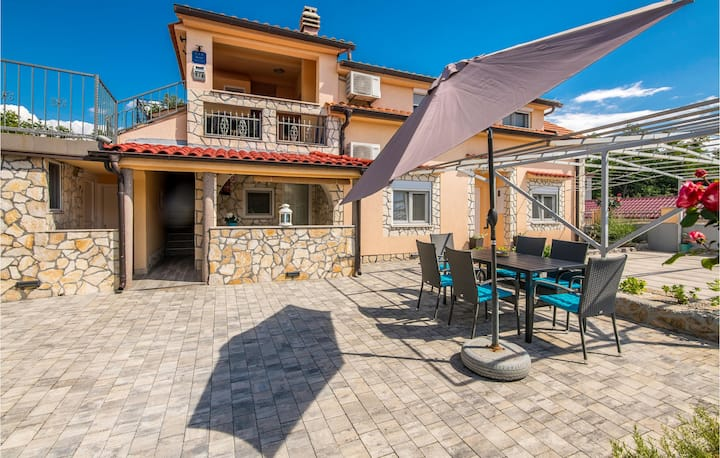 Amazing apartment in Hlapa with WiFi and 2 Bedrooms