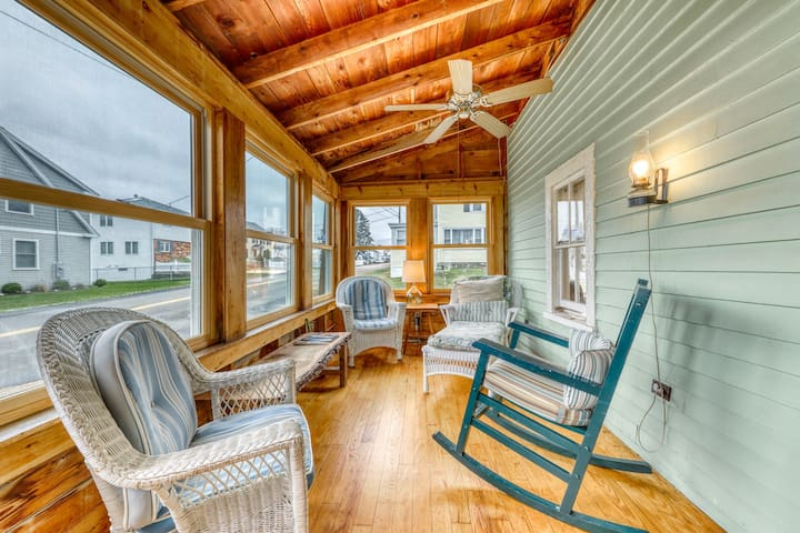 Charming oceanfront cottage w/enclosed porches steps to the water! Dogs ok!