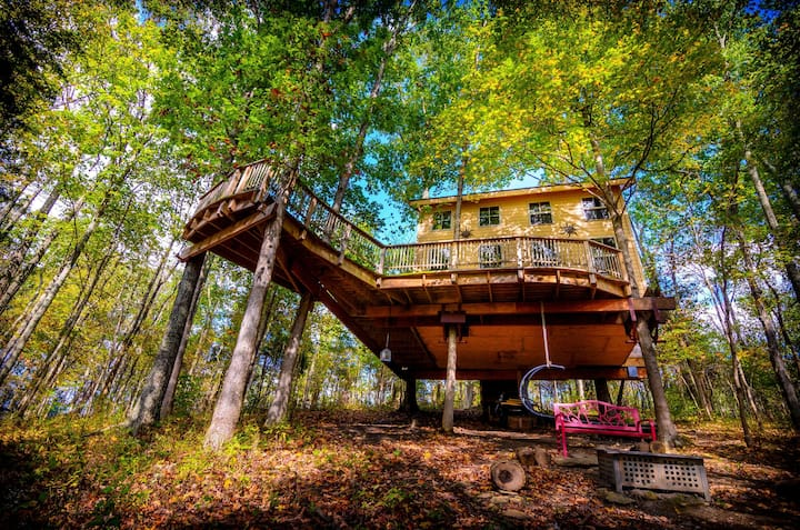 Treehouse off grid built by Pete. Family friendly!