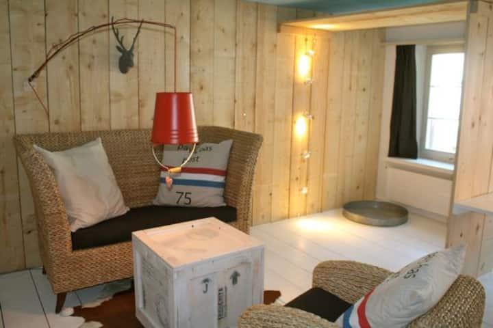 kunstvolle 2-Zimmerwohnung nähe See