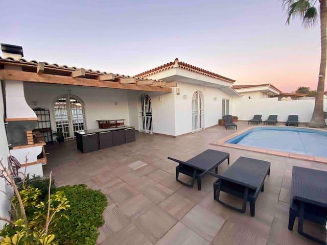 Villa piscine privé près d'un parc proche commerce