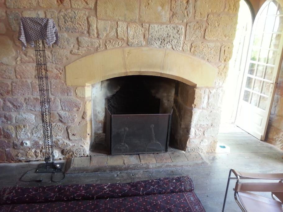 La cheminée du salon.